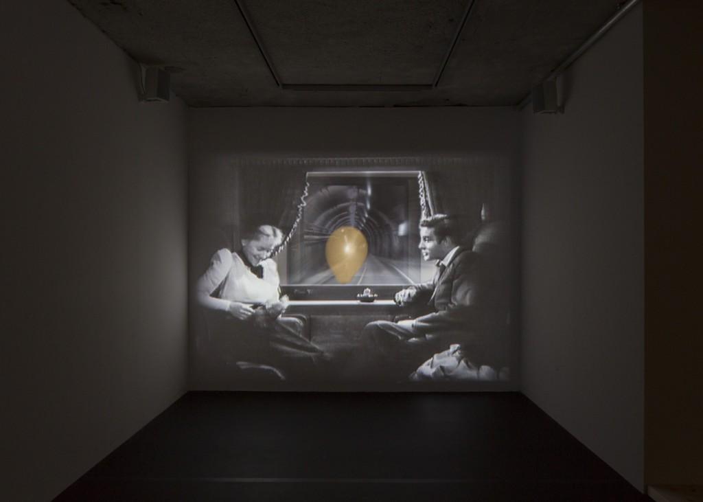 """Julia Willms, """"Passageway"""" (2005/2016), Audiovisuelle Rauminstallation, Still aus dem Film, © Julia Willms / BNKR, """"Im Raum mit_"""" (18.02.-28.07.2016), Fotografie Elias Hassos"""
